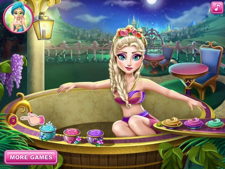 Эльза купается в ванной